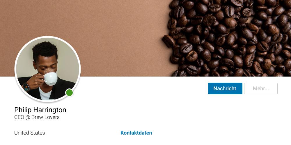 LinkedIn Profilfoto mit Kaffeetasse vor dem Gesicht